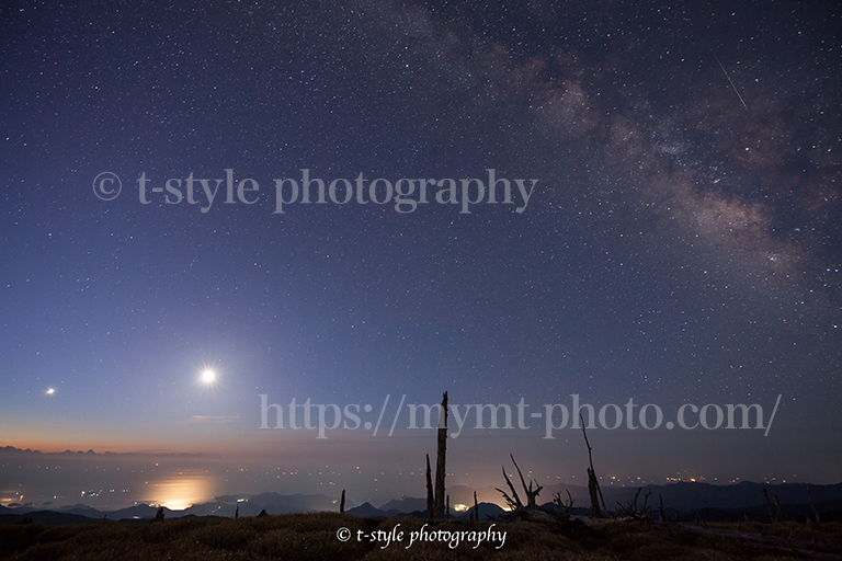 大台ヶ原で撮影した金星と月と天の川とこと座流星群