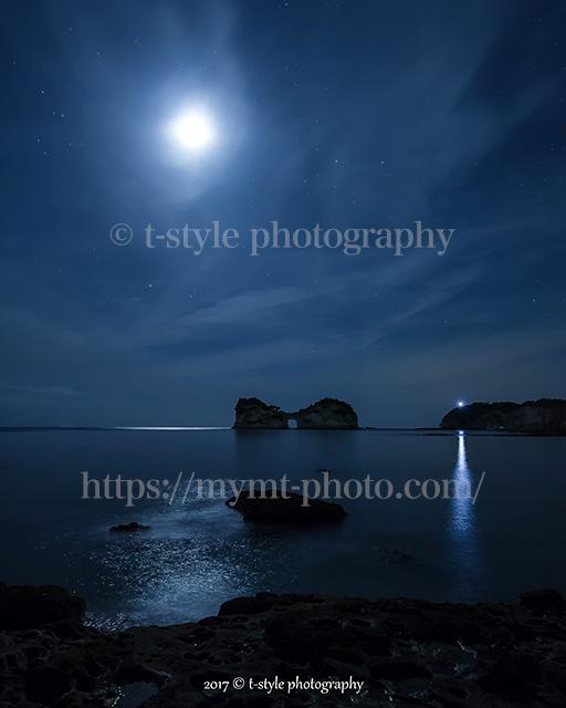 月光に照らされた円月島