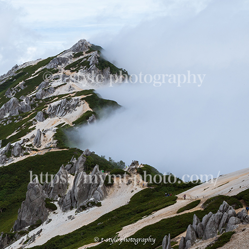 雲に覆われる燕岳