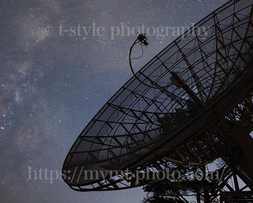 みさと天文台で撮影した電波望遠鏡と天の川