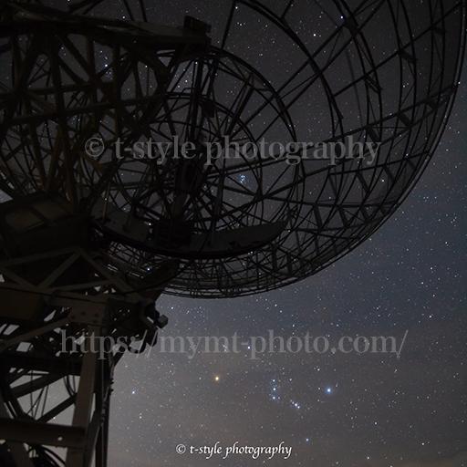 みさと天文台で撮影した電波望遠鏡とオリオン座