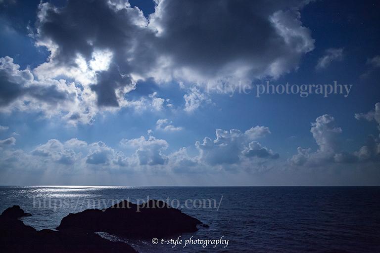 月光で照らされる日本海