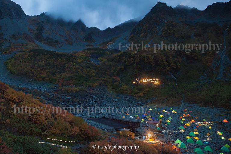 紅葉の涸沢カールにできたテント村