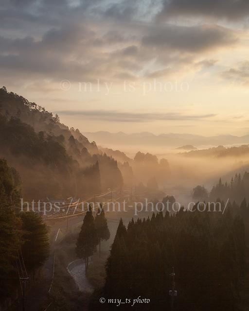 朝霧に包まれた宮奥ダムの夜明け